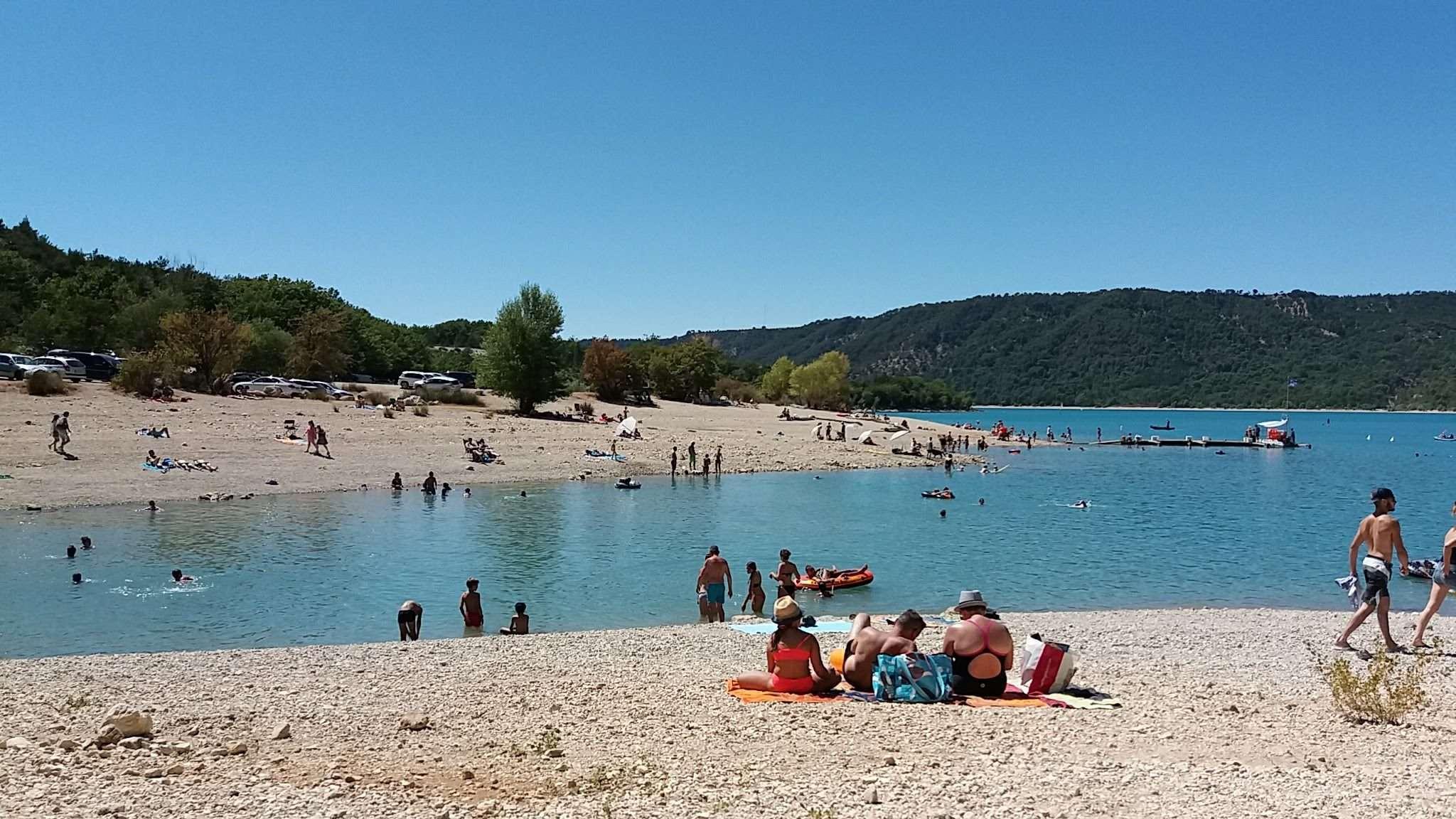 La plage de Bauduen dans la Drôme est un espace de tourisme et de loisirs.